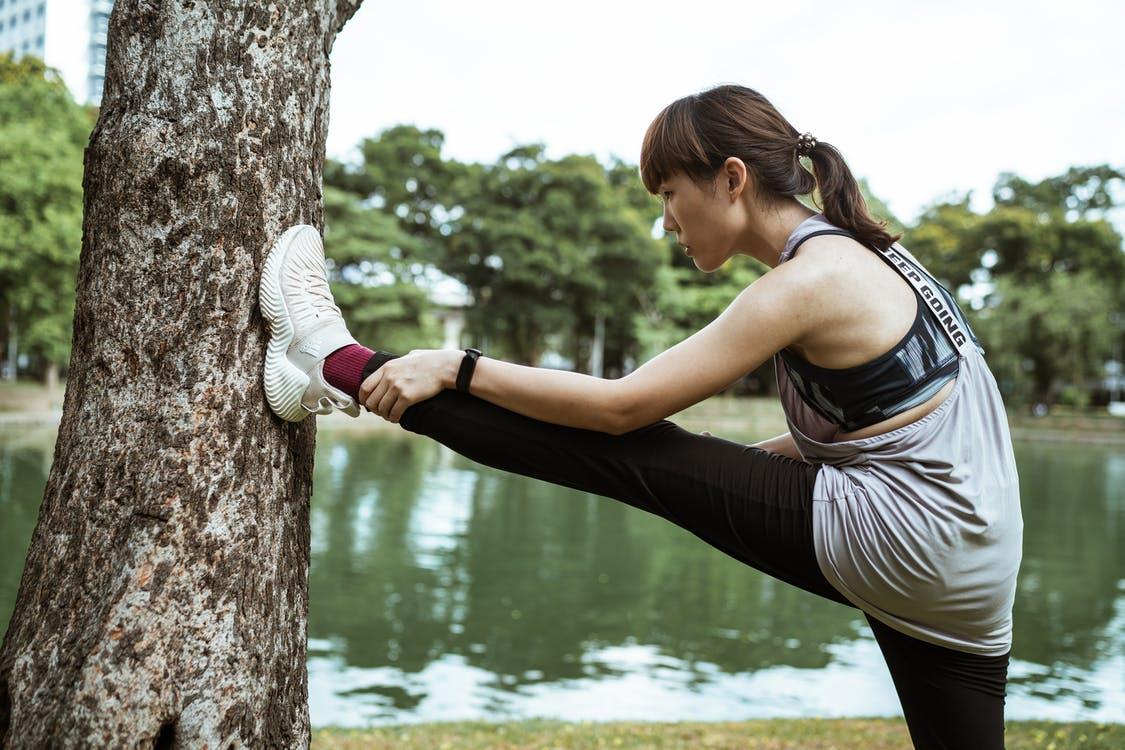 Kvinde strækker ud efter løb