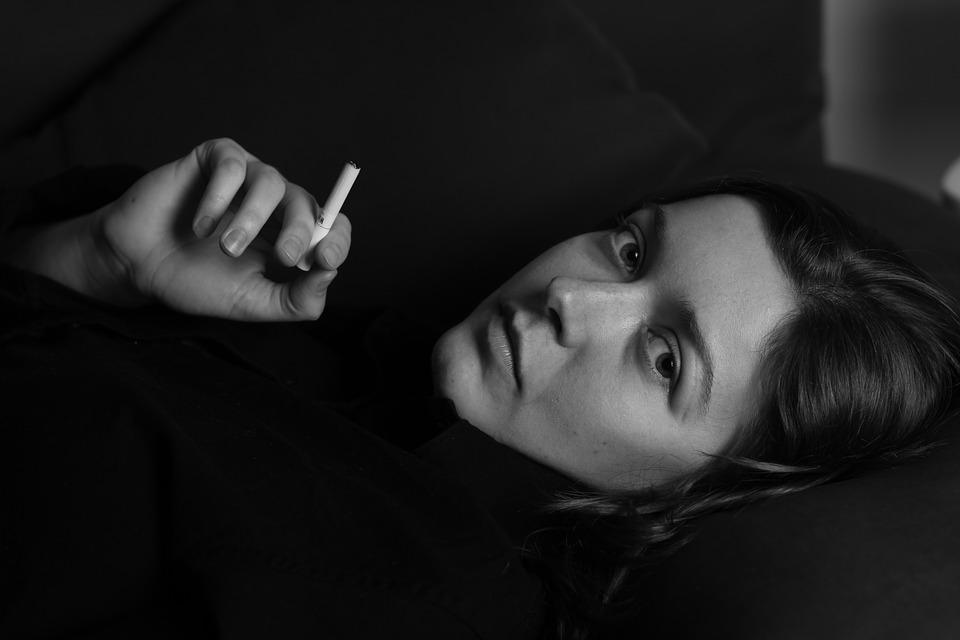 kvinde ryger