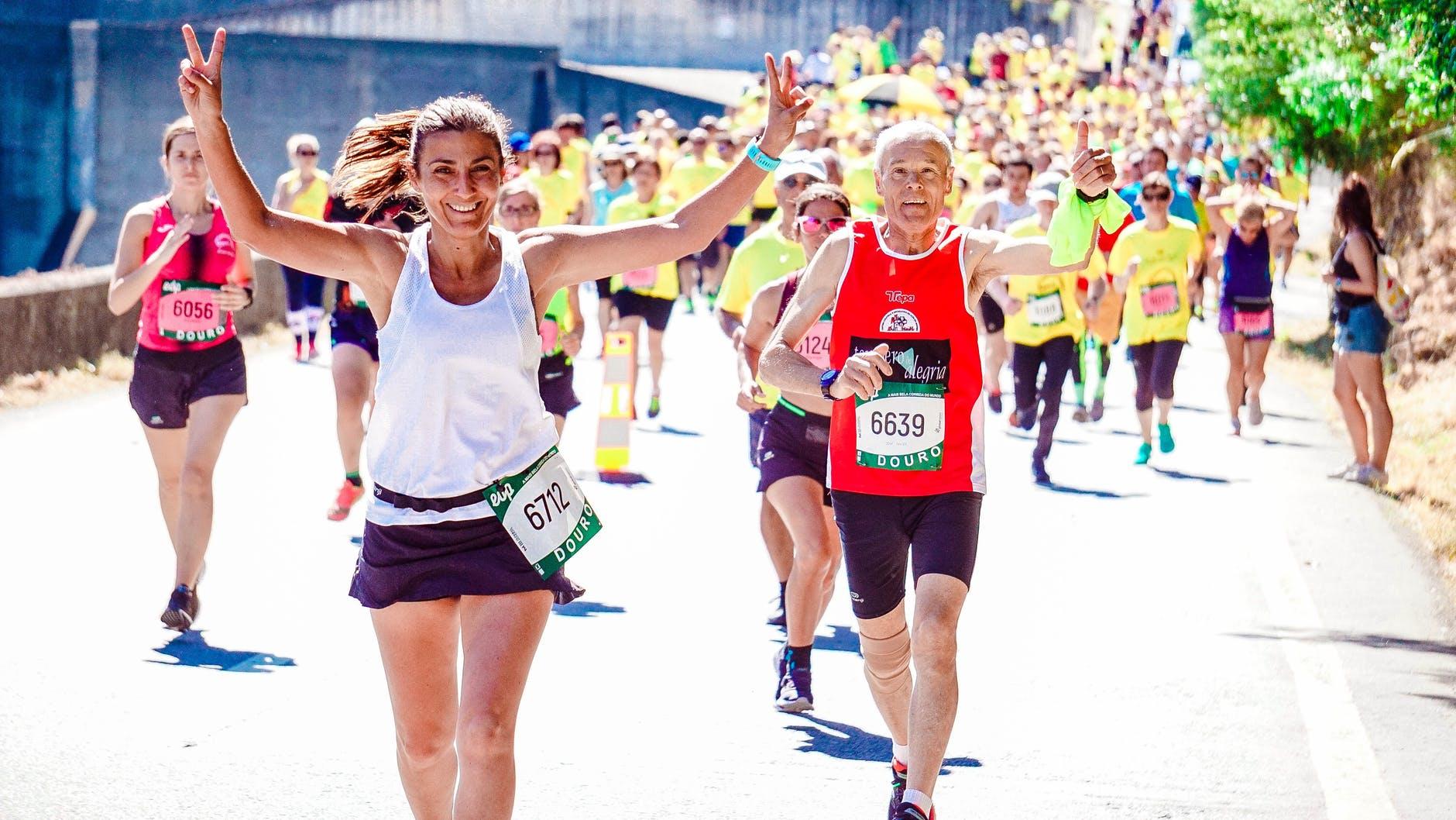Kvinde løber med andre i løb